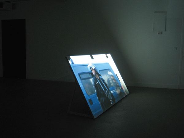 Emanuel Licha, R for Real, 2008, installation vidéo / video installation (HD transféré sur DVD, 3 canaux, couleur, son stéréo / HD transferred to DVD, 3 channels, colour, stereo sound), 3 x 3 min.
