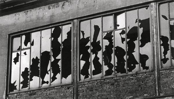 Brassaï, Sans titre, vitres cassées d'un atelier de photographe, c. 1934, épreuve argentique, 17,3 x 29,8 cm, Musée Folkwang, Essen © Succession Brassaï / RMN.