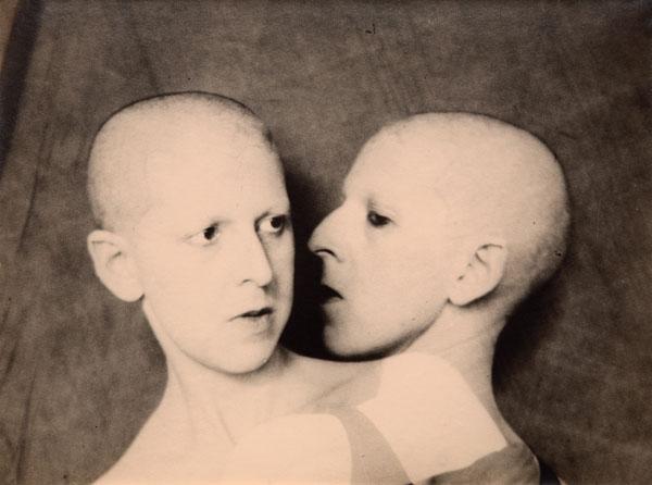Claude Cahun, Que me veux-tu?, 1929, épreuve argentique, 18 x 23 cm, coll. privée, succession de Claude Cahun, photo : Philippe Migeat. © Tous droits réservés