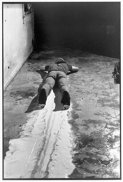 Paul McCarthy, Face, Head, Shoulder Painting – Wall, Black Line, 1972, performance & video/vidéo et photo, permission de/courtesy of Hauser & Wirth. © Tous droits réservés