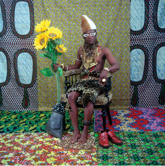 Samuel Fosso, Le Chef (Celui qui a vendu l'Afrique aux colons), 1997, épreuve chromogénique / c-print, 100 x 100 cm, permission de / courtesy of jean marc patras galerie. © Samuel Fosso