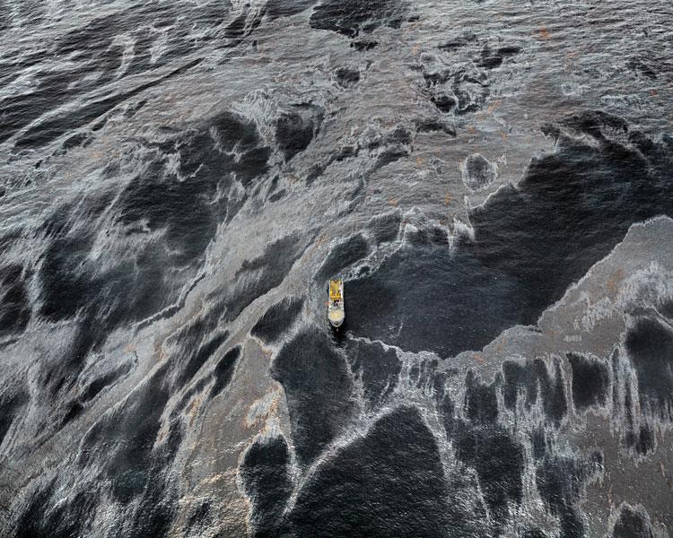 Edward Burtynsky, Oil Spill#1, REM Forza, Gulf of Mexico, May 11, 2010, épreuve chromogénique/chromogenic color print, 122 x 152 cm, permission de/courtesy of Nicholas Metivier (Toronto) and Art45 (Montreal). © Edward Burtynsky