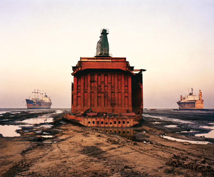 Edward Burtynsky, Shipbreaking #4, Chittagong, Bangladesh, 2001, épreuve chromogénique / c-print, 127 x 152,4 cm, coll. Ryerson Gallery and Research Centre, image © Edward Burtynsky, permission de / courtesy of Nicholas Metivier Gallery, Toronto