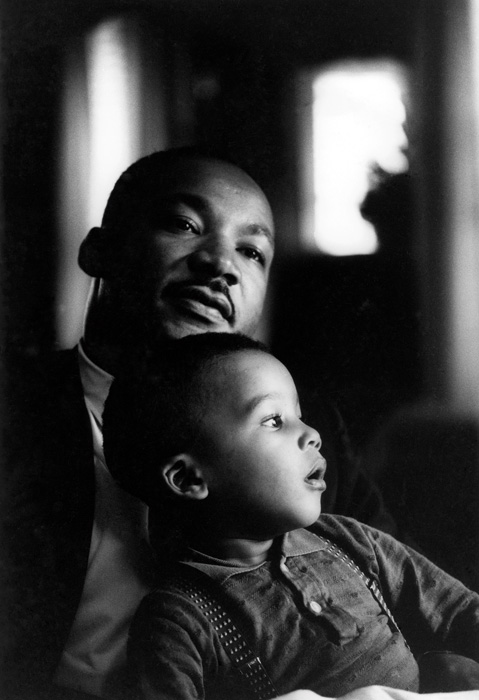 Flip Schulke, Dr. Martin Luther King, Jr. (1929-1968), American Civil Rights leader and Baptist minister, holds his son, Dexter, on his lap at home. The day this photo was taken King was informed that he would receive the 1964 Nobel Peace Prize. Atlanta, Georgia, octobre / october 1964, épreuve argentique / gelatin silver print, 24,2 x 16,2 cm, coll. Black Star Collection, Ryerson University, image © The Black Star Publishing Company Inc., New York.