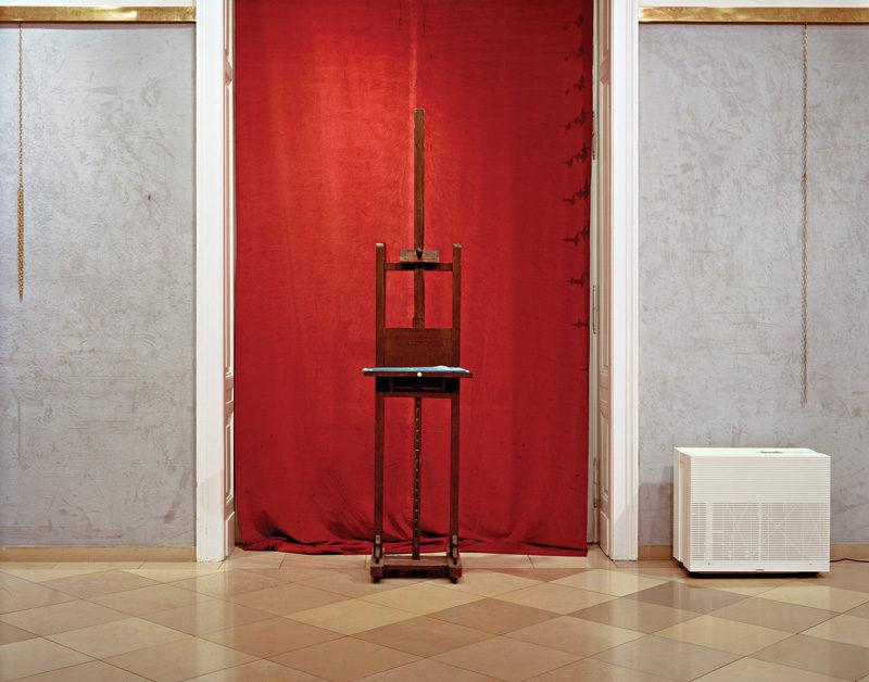 Lynne Cohen, Untitled (Magritte's Easel), 2006, épreuve chromogénique / c-print, 100 x 120 cm. © Lynne Cohen