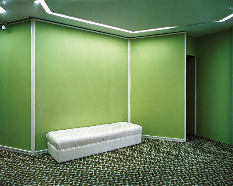 Lynne Cohen, Untitled (White Bench), 2010, épreuve chromogénique / c-print, 100 x 120 cm. © Lynne Cohen