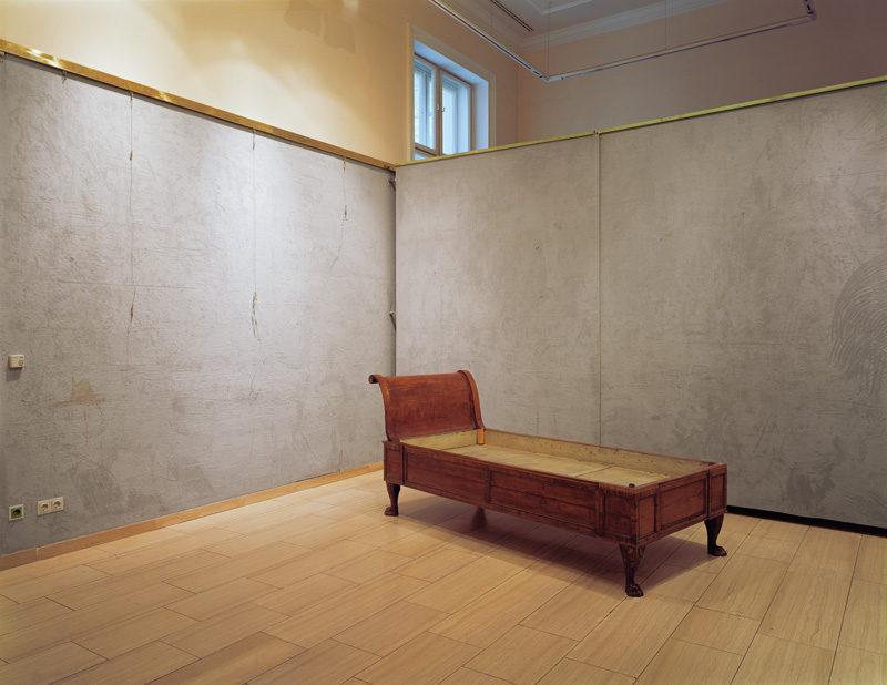 Lynne Cohen, Untitled (Freud's Couch), 2006, épreuve chromogénique / c-print, 100 x 120 cm. © Lynne Cohen