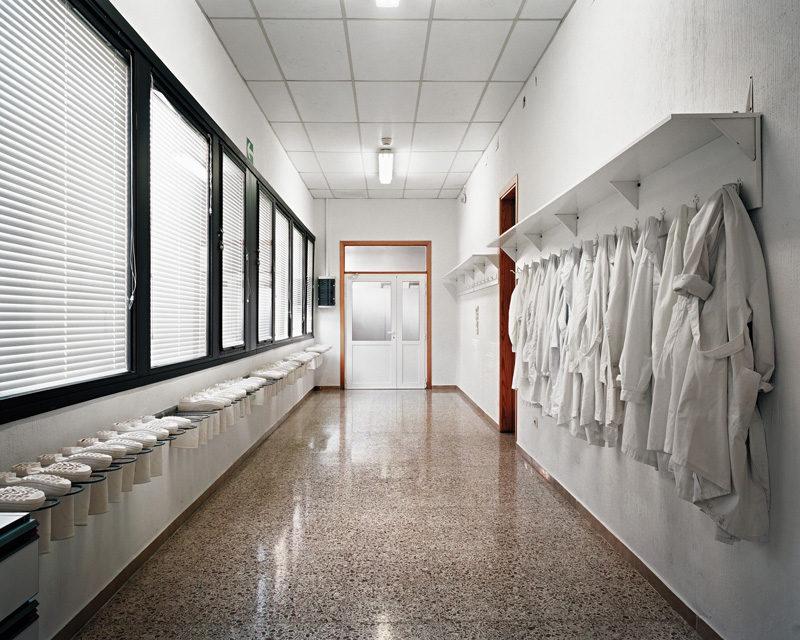 Lynne Cohen, Untitled (White Boots), 2010, épreuve chromogénique / c-print, 100 x 130 cm. © Lynne Cohen