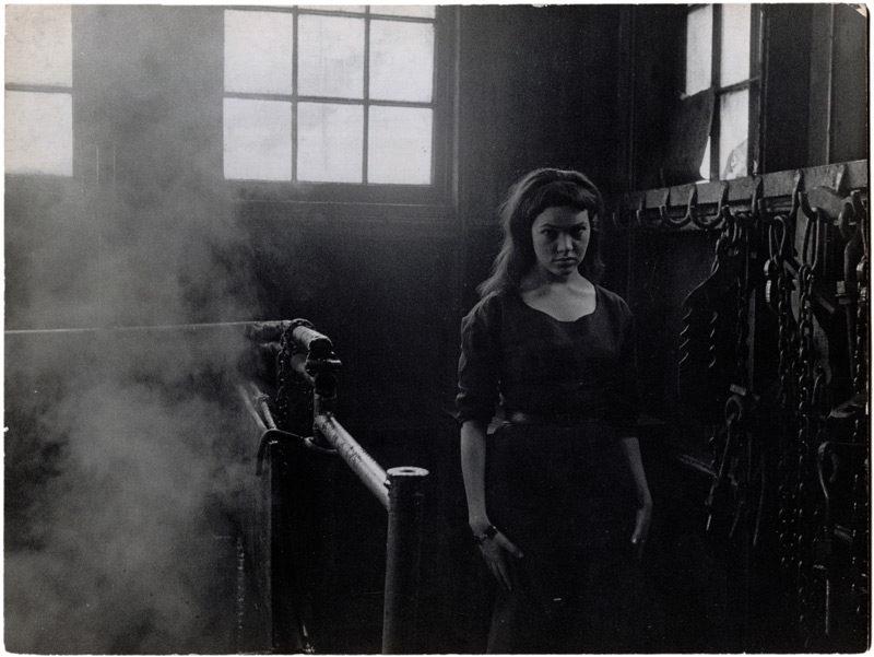 Guy Borremans, La Belle et la machine, 1957, épreuve argentique / gelatin silver print, 18,5 x 23,9 cm. © Guy Borremans
