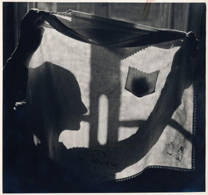 Omer Parent, Sans titre ou Évangéline accoudée à la fenêtre, v.1945, épreuve argentique / gelatin silver print, 23,2 x 20,2 cm, BAnQ, Centre d'archives de Québec, Fonds Omer Parent