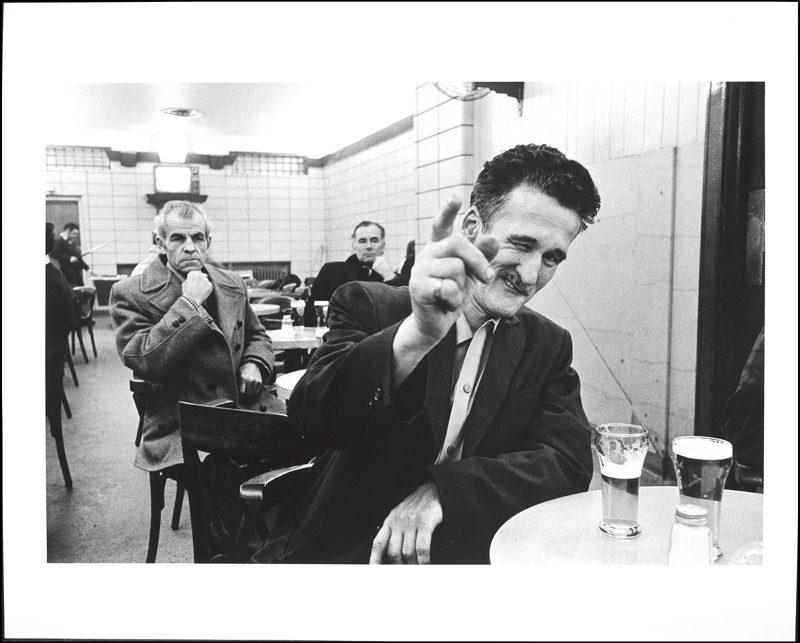Alain Chagnon, Frisé pointant du doigt, de la série / from the series La taverne, 1972‑1974, épreuve argentique / gelatin silver print, 30,6 x 45,7 cm, Musée des beaux‑arts de Montréal / Montreal Museum of Fine Art. © Alain Chagnon