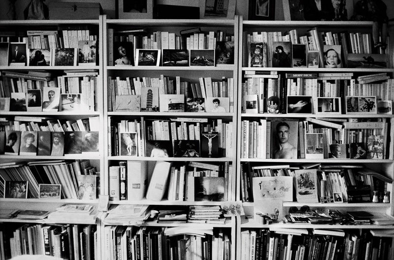 Hervé Guibert, La bibliothèque, 1987, épreuve argentique / gelatin silver print, permission de / courtesty of Maison européene de la photographie, © Christine Guibert