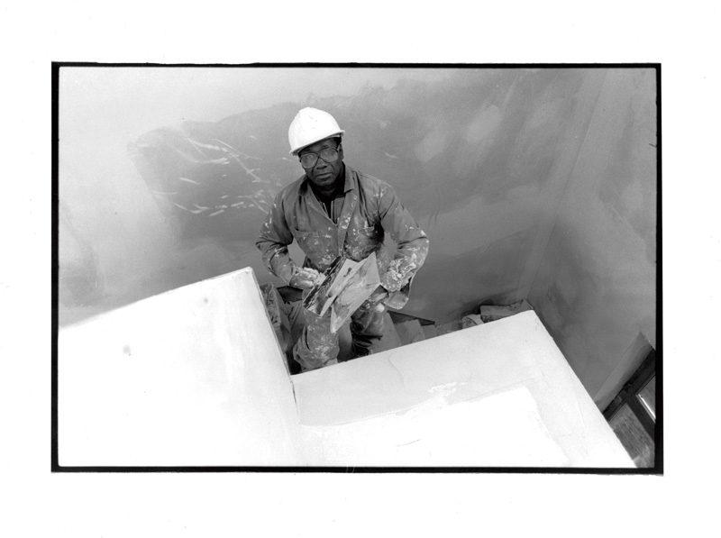 Serge Emmanuel Jongué, de la série / from the series Portraits dénudés, Identités métropolitaines 02, 1990-1991, 70 x 50 cm, photographie argentique / gelatin silver photograph. © Serge Emmanuel Jongué