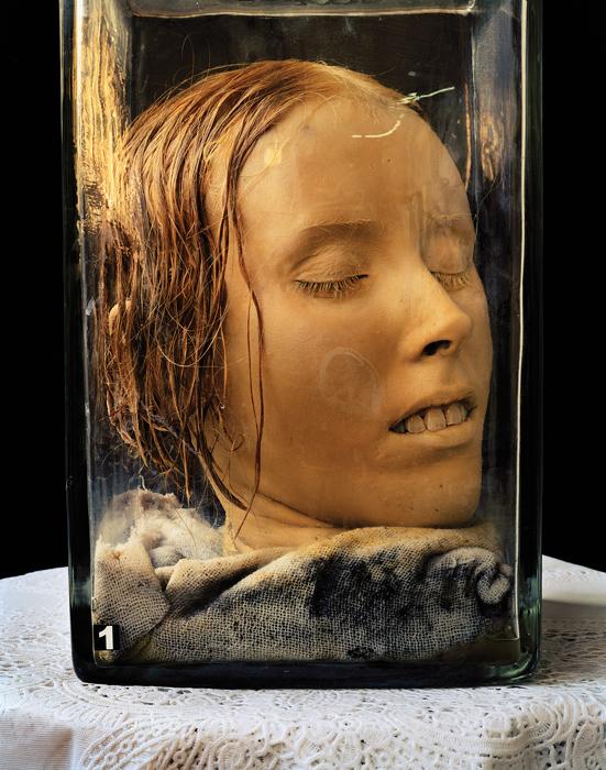 Jack Burman, Sans titre / Untitled no. 6, de la série / from the series The Dead, 1999, épreuve à développement chromogène / chromogenic print, 73,5 x 61 cm, avec l'aimable autorisation de / courtesy of the artist and Galerie Clint Roenisch, Toronto. © Jack Burman