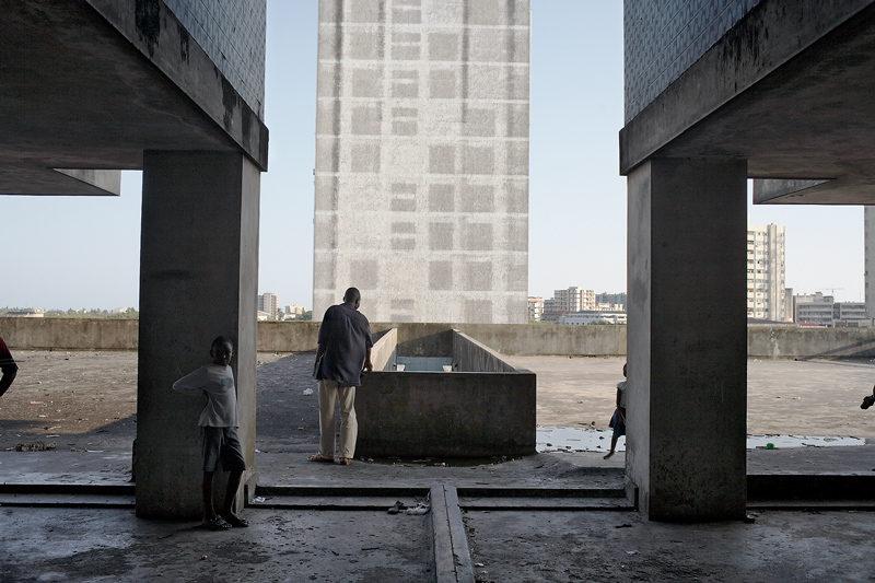 Guy Tillim, Apartment building, Avenue Bagamoyo, Beira, Mozambique, 2008, photo: Guy Tillim ©