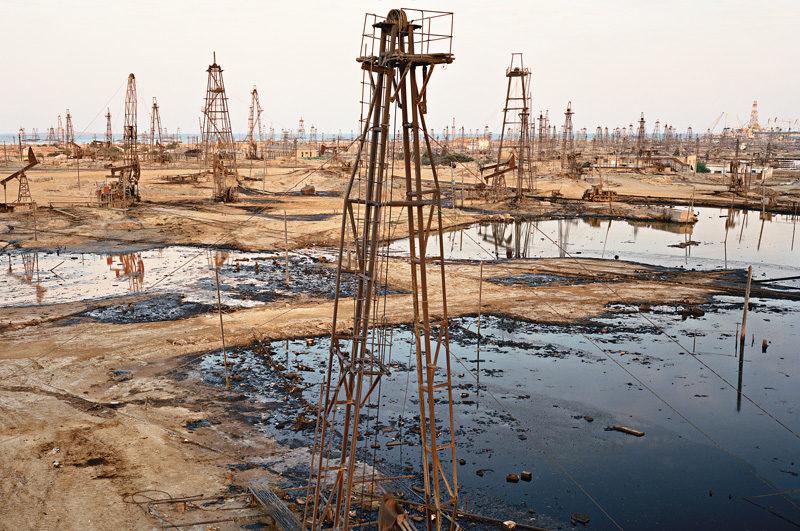 Edward Burtynsky, socar Oil Fields #1a and 1b, Baku, Azerbaïdjan, 2006. © Edward Burtynsky
