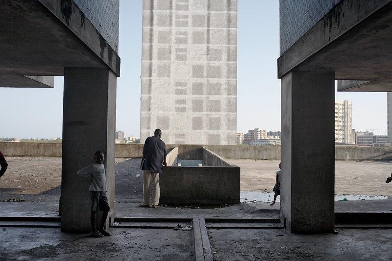 Guy Tillim, Apartment Building, avenue Bagamoyo, Beira, Mozambique, 2008, épreuve numérique, d'archives / digital archive print, 92 x 132 cm (grand / large format) ou 50 x 71 cm (petit / small format) © Guy Tillim