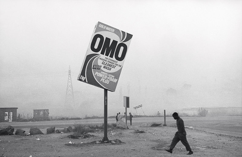 Santu Mofokeng, Winter in Tembisa (Essai : Township Billboards : Beauty, Sex and Cellphones), c. 1991 ; épreuves argentiques / gelatin silver prints, permission de / courtesy of the Walther Collection © Santu Mofokeng