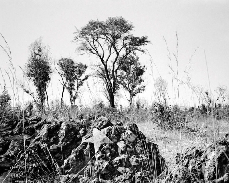 Jo Ractliffe, Unmarked mass grave on the outskirts of Cuito Cuanavale, permission de / courtesy of the Walther Collection, Stevenson Gallery. © Jo Ratcliffe
