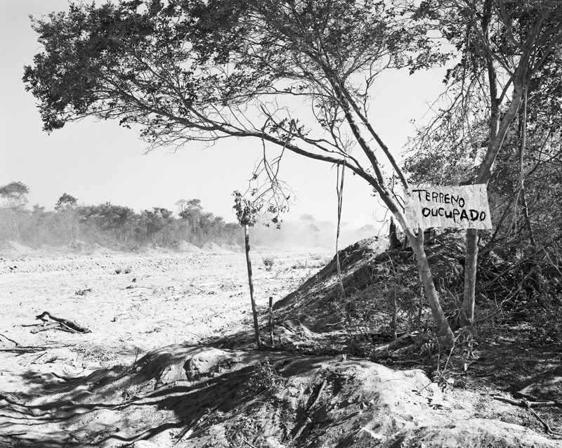 Jo Ractliffe, Unmarked mass grave on the outskirts of Cuito Cuanavale, permission de / courtesy of the Walther Collection, Stevenson Gallery. © Jo Ractliffe