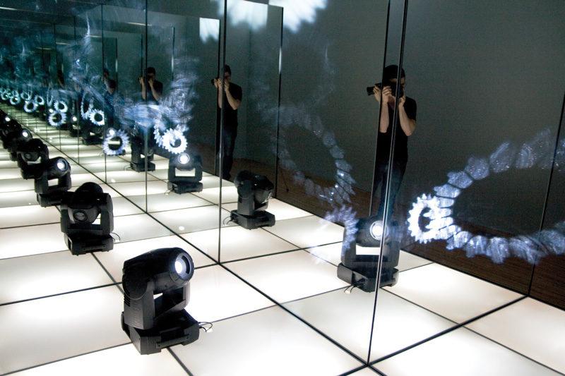 Philippe Hamelin, Disco solo, 2011, installation : bois, miroir, plancher lumineux, projecteur lumineux rotatif programmable, 5 x 5 x 8 cm, permission de l'artiste. © Philippe Hamelin