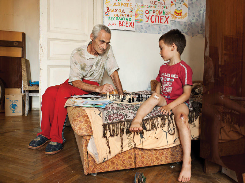 Adad Hannah, Chess with Grandson, 2011, épreuve chromogénique, 100 x 134 cm. © Adad Hannah