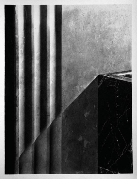 fig. 3 : Albert Dumouchel (1916–71), Cliché-verre non figuratif aux motifs lyriques, vers 1949, épreuve au gélatinobromure argentique à surface veloutée, collée sur carton, tirage d'époque / Non-figurative cliché-verre with lyrical motifs, ca. 1949, silver gelatin bromide print with satin finish, glued to cardboard, period print, 34 x 26 cm