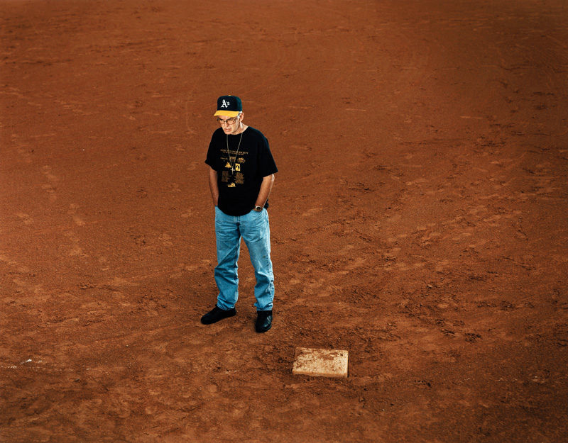 RON WILLIAMSON, Baseball field, Norman, Oklahoma, 2002, de la série / from the series The Innocents, épreuve chromogénique / c-print, 122 x 152 cm, © Taryn Simon, permission de / courtesy of Gagosian Gallery. Williamson had been drafted by the Oakland Athletics before being sentenced to death. Served 11 years of a death sentence for First Degree Murder. Williamson a été recruté par l'équipe des Oakland Athletics avant d'être condamné à mort. Peine capitale pour meurtre au premier degré ; 11 ans en prison.