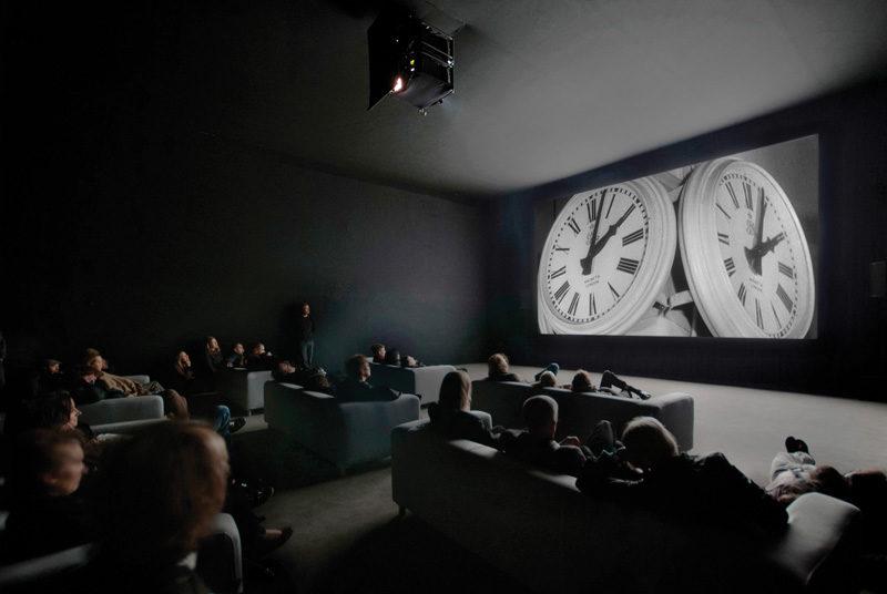 Christian Marclay, The Clock, 2010, vidéo à canal unique, durée : 24 heures, photo : Ben Westoby, permission de White Cube. © Christian Marclay