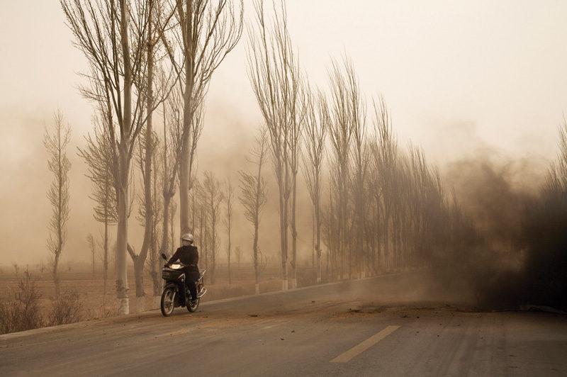 Benoit Aquin, La motocyclette, Mongolie-Intérieure, Chine, 2006, © Benoit Aquin, courtesy of Stephen Bulger Gallery
