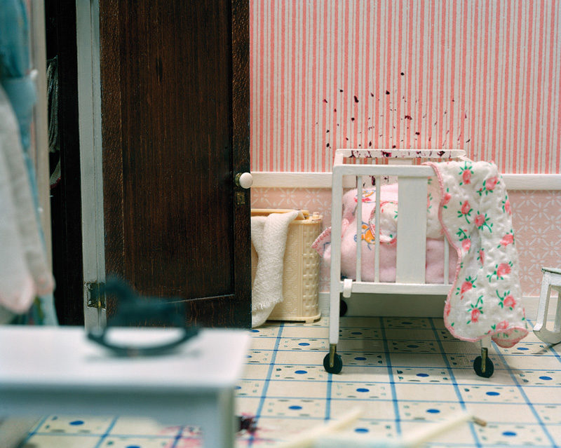 Corinne May Botz, Three Room Dwelling (baby's crib), 2004, de la série / from the series The Nutshell Studies of Unexplained Death, épreuves chromogéniques / c-prints. © Corinne May Botz