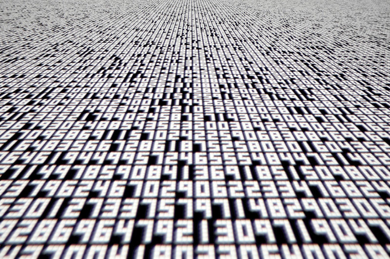 Ryoji Ikeda, data.tron, 2007, installation audiovisuelle, photo : Ryuichi Maruo, permission de Yamaguchi Center for Arts and Media (YCAM). © Ryoji Ikeda