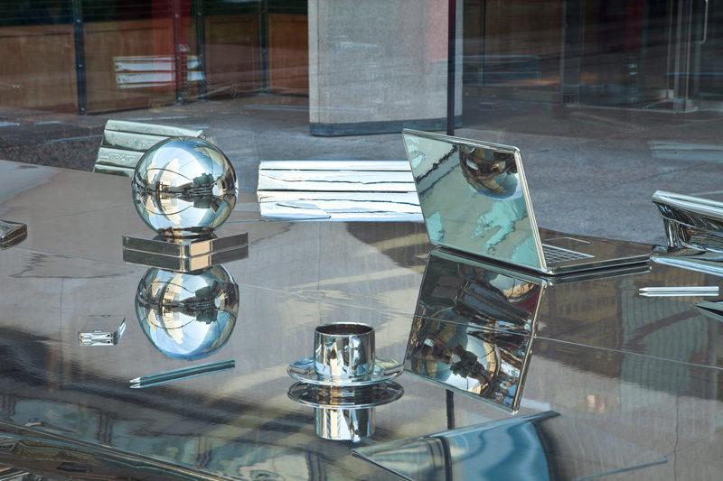 Nicolas Baier, Autoportrait, 2012, acier, aluminium, nickel, verre trempé, matériaux mixtes / steel, aluminum, nickel, tempered glass, mixed media, 245 x 305 x 610 cm. © Nicolas Baier, photo : Richard-Max Tremblay