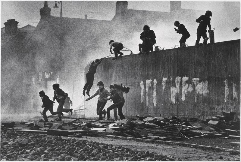 Don McCullin, Jeunes catholiques échappant à une attaque au gaz lacrymogène dans le Bogside, Londonderry, Irlande du Nord, 1971, épreuve à la gélatine argentique / c-print, photo: Don McCullin, Contact Press Images ©