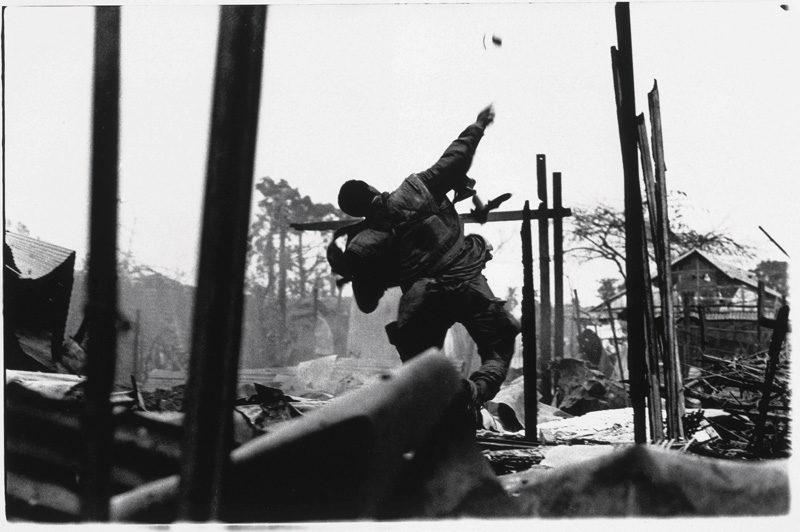 Don McCullin, Marine américain lançant une grenade, Offensive du Têt, Hué, Vietnam du Sud, février 1968, épreuve à la gélatine argentique, photo: Don McCullin, Contact Press Images ©