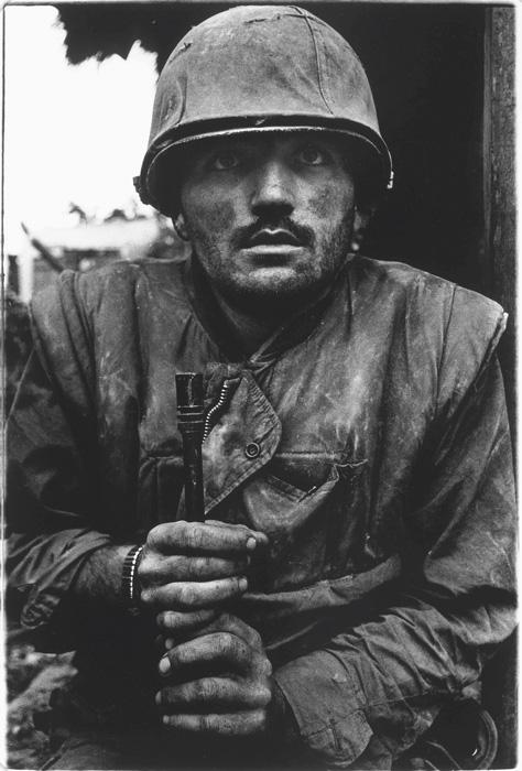 Don McCullin, Marine américain traumatisé attend sa propre évacuation, Offensive du Têt, Hué, Vietnam du Sud, février 1968, épreuve à la gélatine argentique / c-print, photo: Don McCullin, Contact Press Images ©