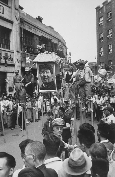 Sam Tata, Participants à la parade montés sur des échasses, août‑septembre 1949, tiré en / print in 1970, permission de / courtesy of Musée des beaux-arts du Canada, Musée canadien de la photographie contemporaine collection, Ottawa. © Sam Tata