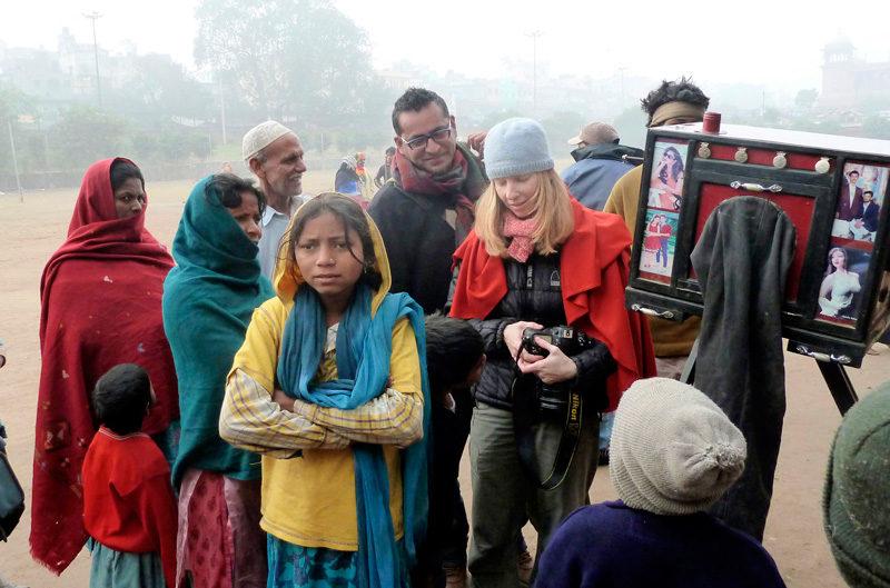 Lana Šlezić, (au travail avec un groupe d'enfants), 2012, tiré du / from film Dans un océan d'images; j'ai vu le tumulte du monde, 2013, photo: © Nicole Giguère, InformAction Films inc.
