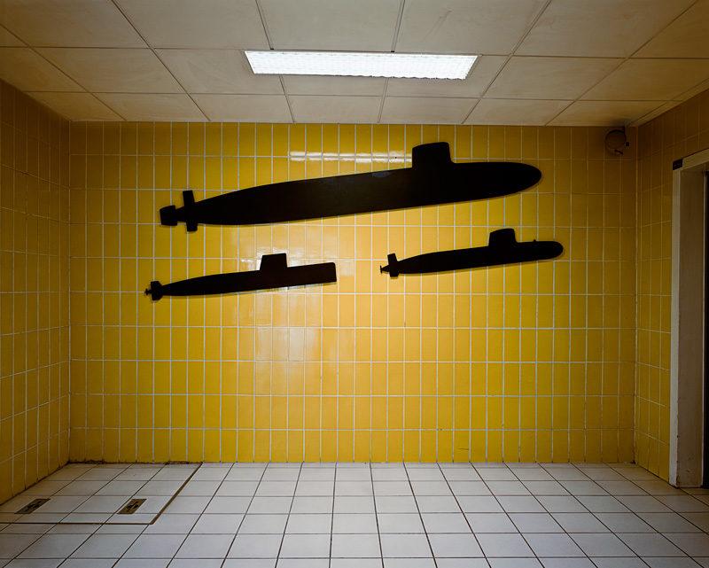 Lynne Cohen, Untitled (Submarines), 2006, c-print / épreuve à développement chromogène, 132 x 157 cm, courtesy of / permission de la galerie Art45, Montréal