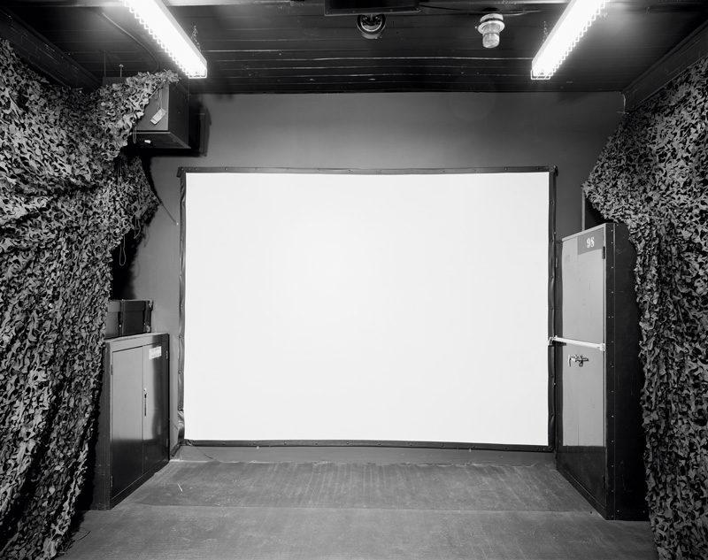 Lynne Cohen, Untitled (White Screen), 2005, gelatin silver print / épreuve à la gélatine argentique, 120 x 146 cm, courtesy of / permission de l'artiste