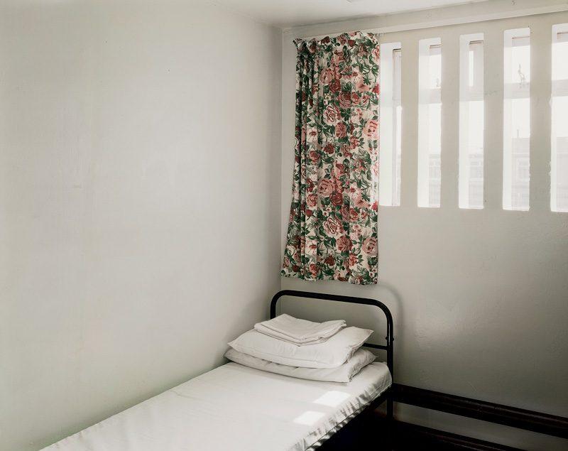 Donovan Wylie, Prison Cell. H-Block 5. B-Wing 2/25. Maze Prison, 2003, from the series The Maze (2003-2009), colour digital pigment print / épreuve pigmentaire numérique couleur, 30 x 40 cm. © Donovan Wylie