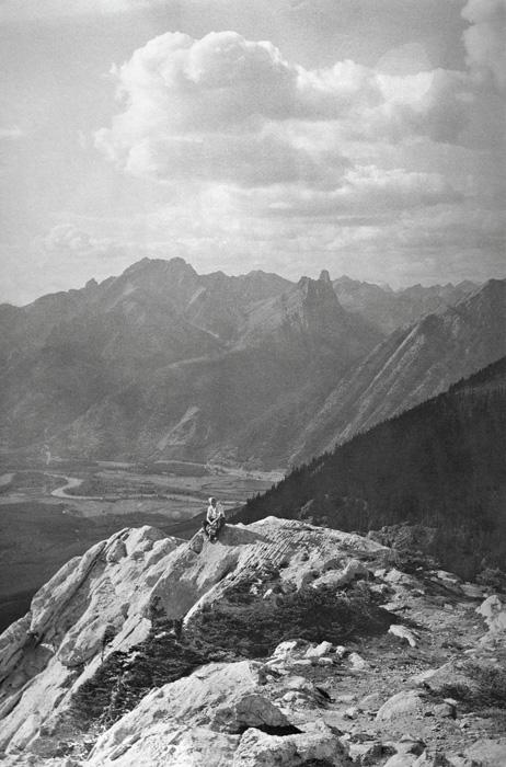 Béla F. Egyedi, Seated in a mountainous landscape / Assis dans un paysage montagneux, ca. / vers 1975, 24 x 16 cm, Gelatin silver prints from the Egyedi Fonds / Épreuves argentiques provenant du Fonds Egyedi, McCord Museum / Musée McCord