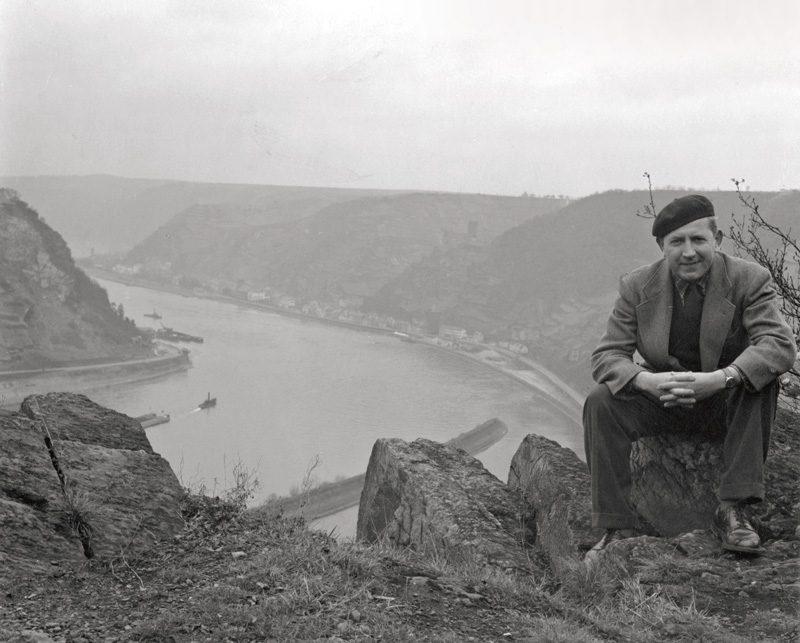 Béla F. Egyedi, Self-portrait outdoors, river in background / Autoportrait en extérieur, avec rivière en arrière-plan, ca. / vers 1965, 18 x 19 cm, Gelatin silver prints from the Egyedi Fonds / Épreuves argentiques provenant du Fonds Egyedi, McCord Museum / Musée McCord