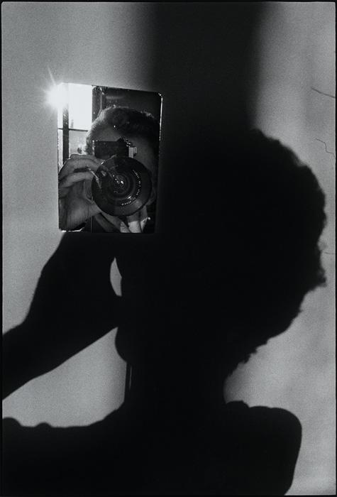 Ugo Mulas, Verifica 2, L'operazione fotografica. Autoritratto per Lee Friedlander, 1970, épreuve argentique, 51 × 41 cm. Don de valentina et Carmela Mulas en 2010