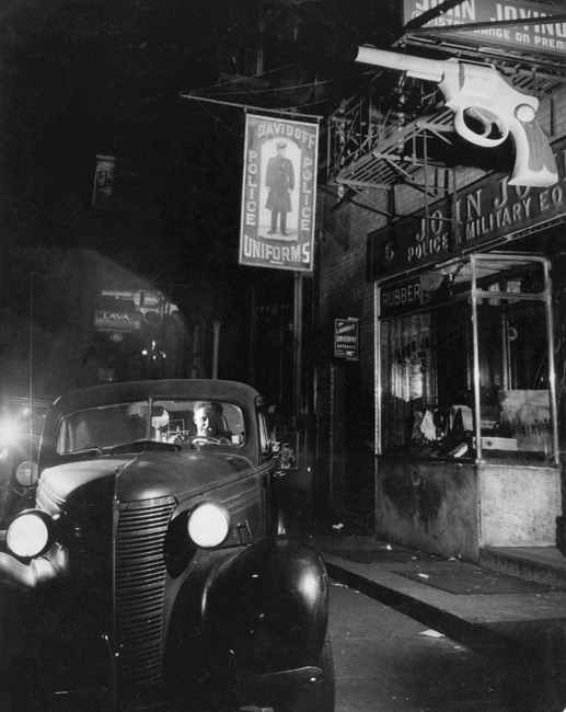 Chuck Samuels, After Weegee, from the series / de la série The Photographer, 2015, inkjet print on archival paper / impression jet d'encre sur papier archive 29 × 36 cm