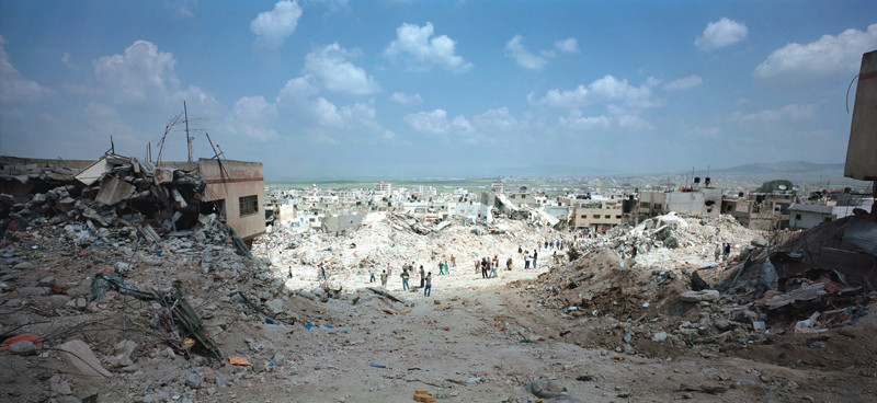 Luc Delahaye, Jenine Refugee Camp, 2002. © Luc Delahaye