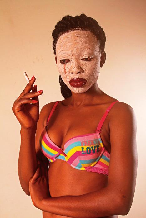 Chriss Aghana Nwobu de la série / from the series Masked Burden, 2012-