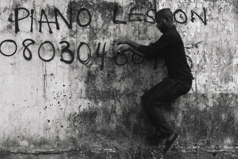Abraham Oghobase de la série / from the series Untitled, 2012
