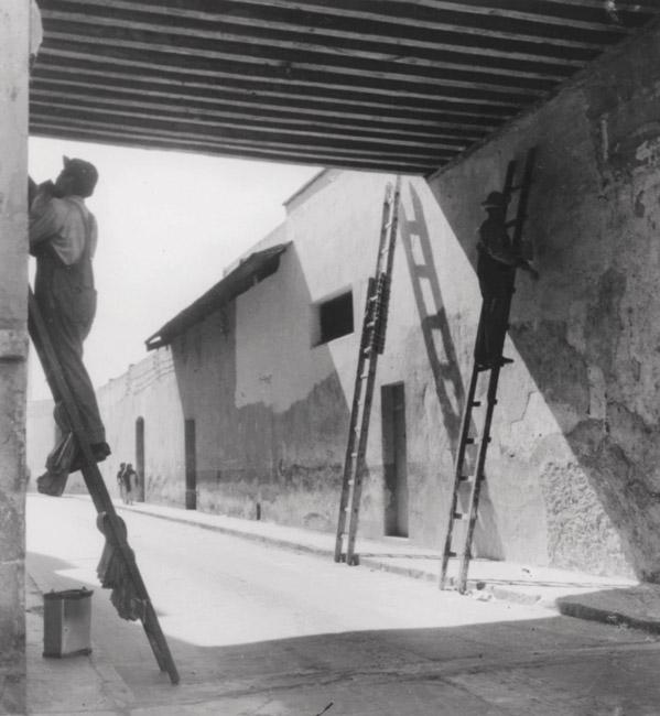Lola Álvarez Bravo, Renovadores, 1947, courtesy of / avec la permission du Center for Creative Photography, University of Arizona Foundation and / et VEGAP, Madrid