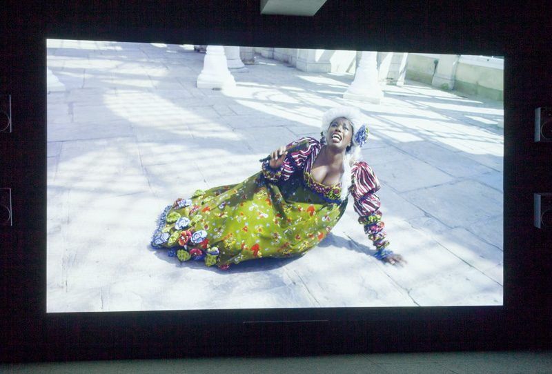 Yinka Shonibare, Addio del Passato, 2011, vue de l'exposition Yinka Shonibare MBE. Pièces de résistance, 2015, DHC/ART Fondation pour l'art contemporain, Montréal, photos: Richard-Max Tremblay